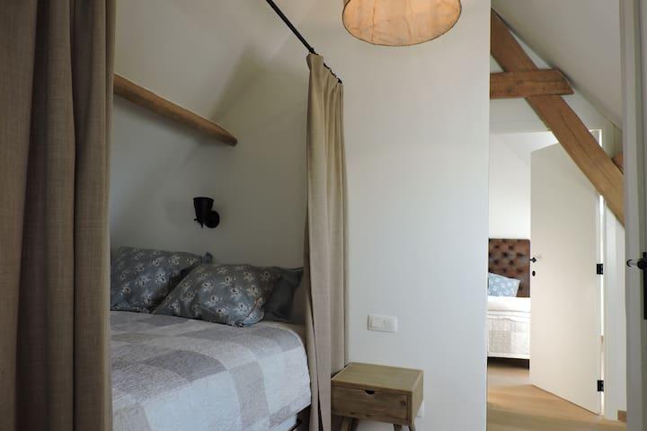 kamer 3: queensize bed (bedstee met gordijn) tussen kamer 1 en kamer 2