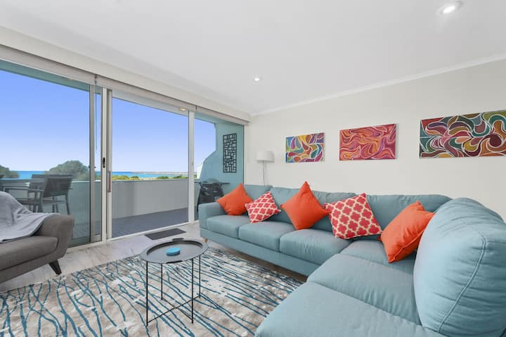 THE FORESHORE APARTMENT - FREE WI-FI, OCEAN VIEWS & WALK TO BEACH