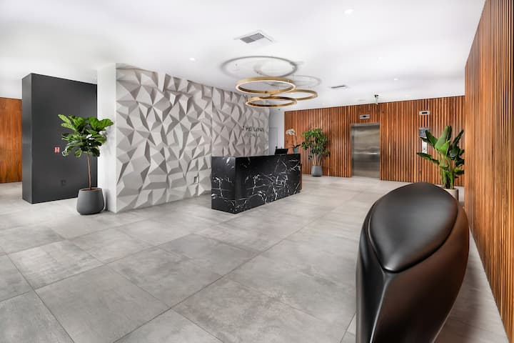Luxurious Modern 1 BR in Heart of HLWD LL503
