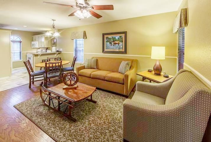 ⭐Fishing Retreat ❤️Jacuzzi Suite❤️2BR Lake Resort⭐