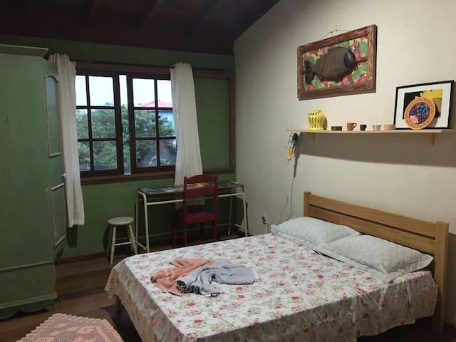 Quarto confortável, com cama de casal, guarda roupas, ar condicionado!
