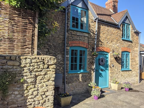 Boutique cottage in central Bruton secluded mews.