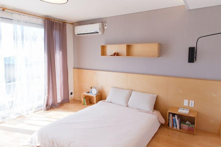 프레리아 romantic room(깔끔하고 조용한 커플룸)  애월 중산간마을 원룸형 숙소