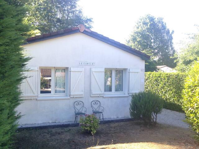 De 4 * bungalow 'Camelot' op nr 217 - Écuras - บังกะโล
