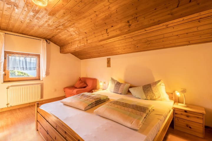"""Cosy Holiday Apartment """"Bergblick"""" with Roof Terrace, Panoramic View, Community Garden with Pool, Barbecue & Wi-Fi; Parking Available"""