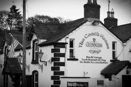 Charming Irish pub on Wicklow Way - Roundwood
