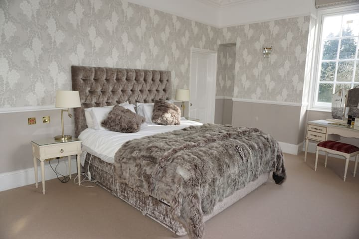 Master superking suite in Georgian country house - Tangmere - Hus
