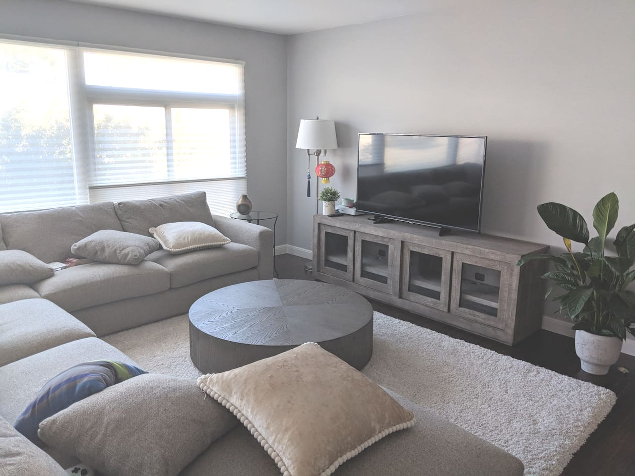 Private south-facing bedroom with queen bed in Noe Valley house with furnished livingroom.