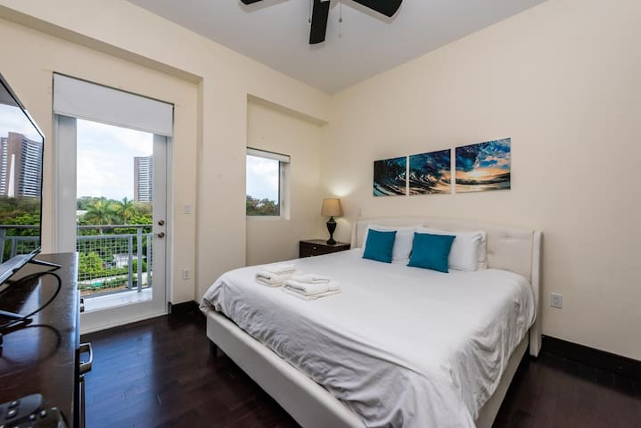 Modern, boutique bdg * Sleeps 4 * Parking