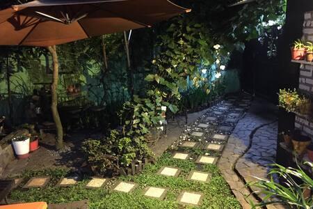 Upper Dago B&B Guestroom inside the Garden! - Cibeunying Kaler - Aamiaismajoitus
