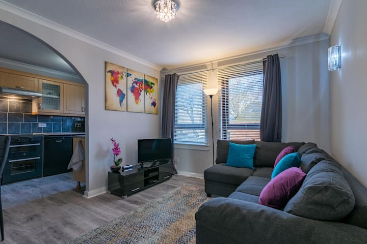 Stylish flat, links to GLA and city. With parking!
