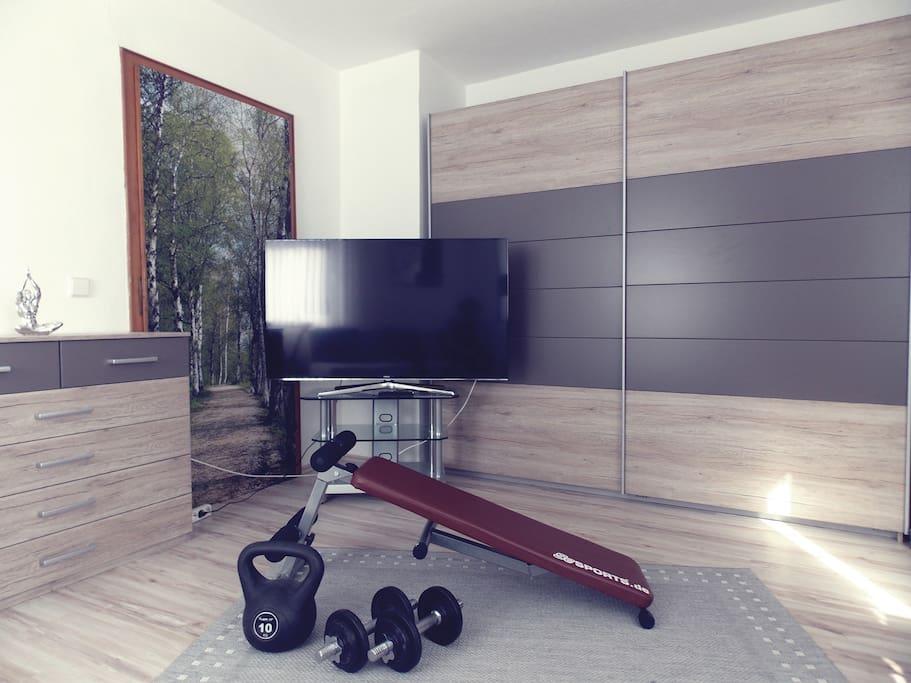 Wohnzimmer mit Fitnessecke