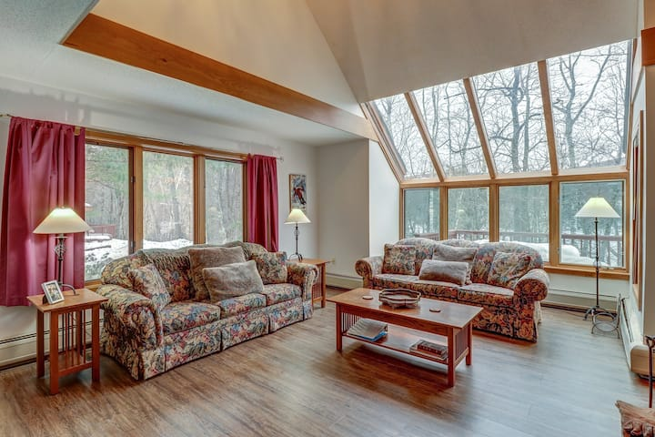 Beautiful and spacious condo w/ shared pool, lake access - close to skiing