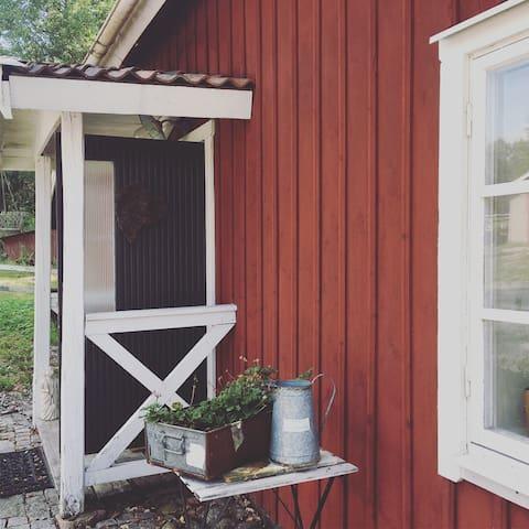 Charmigt gårdshus i lantlig idyll