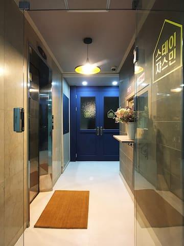큰1인실 개인샤워화장실,을지로3가역 7번과10번출구 1분, 호텔식 침구및 욕실용품제공