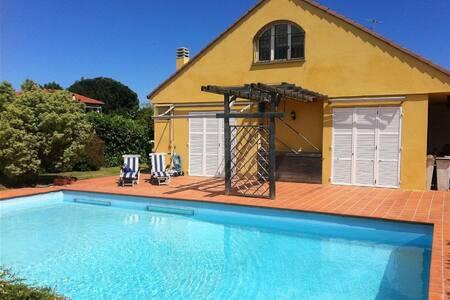 Villa immersa nel verde con piscina - Cisano sul Neva