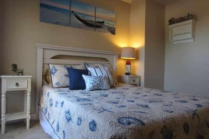 Pacific Beach Getaway (private room w/ queen bed)