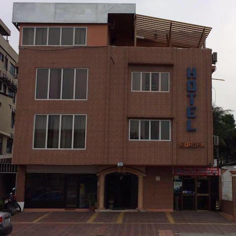 Hotel Europa cómodo y práctico para viajeros - Guayaquil - House