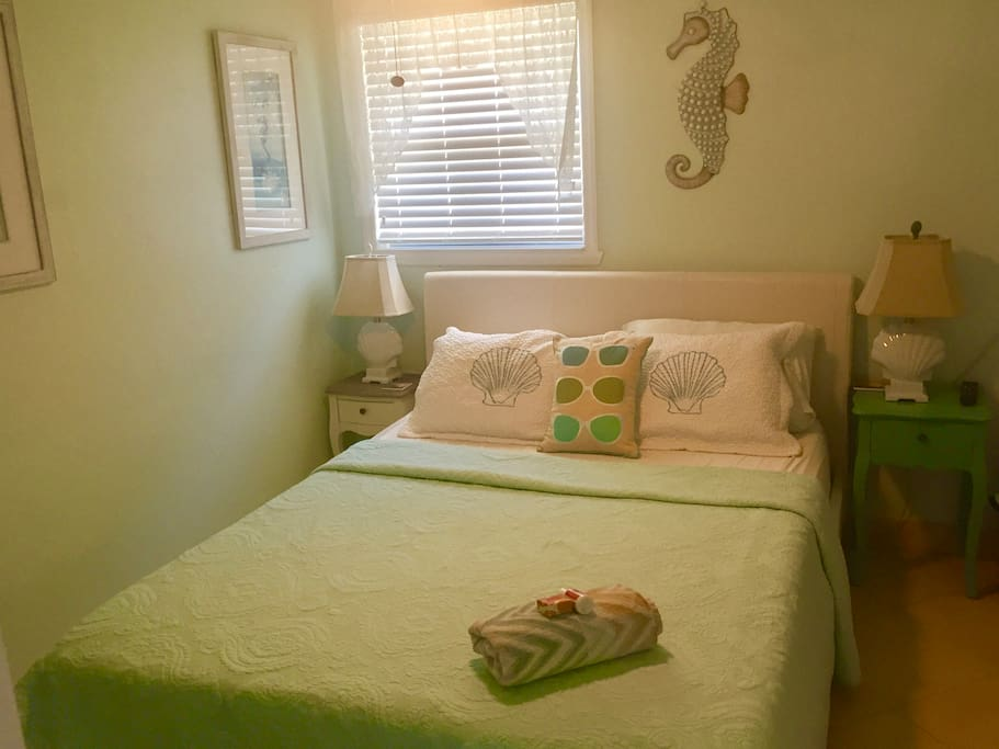 Memory foam Mattress, remote control A/c and heat, flat screen TV, DVD, WiFi, beautiful!