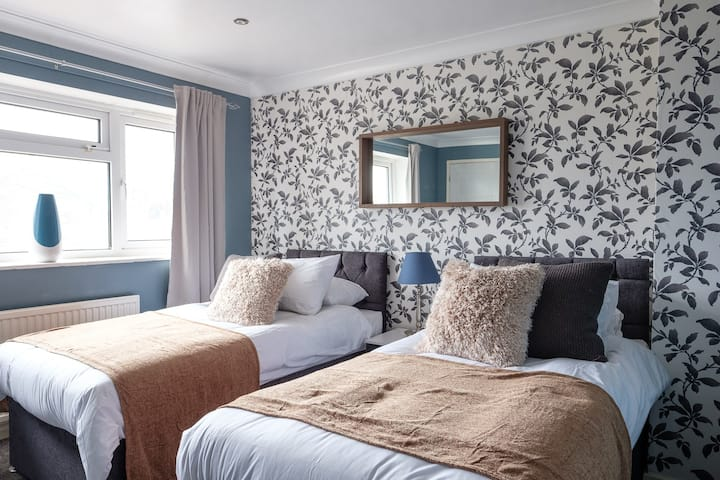 Dickens House Close 15min from Gatwick