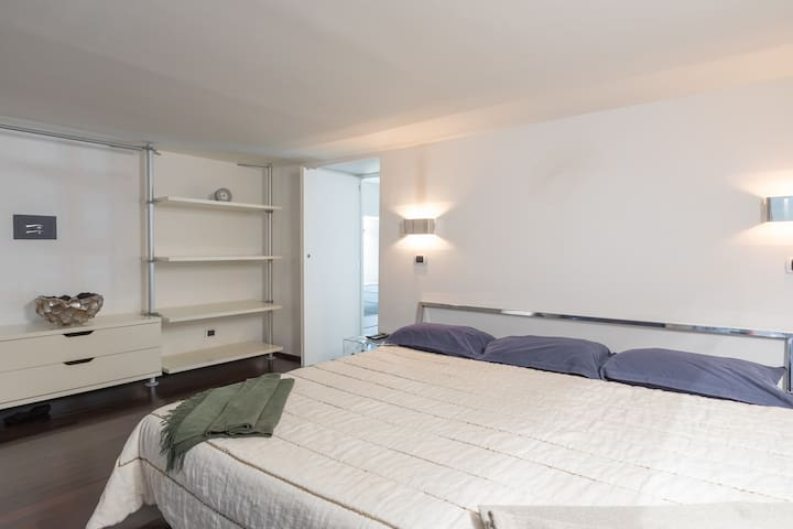 1 bed double room with a bed over size and a big wardrobe