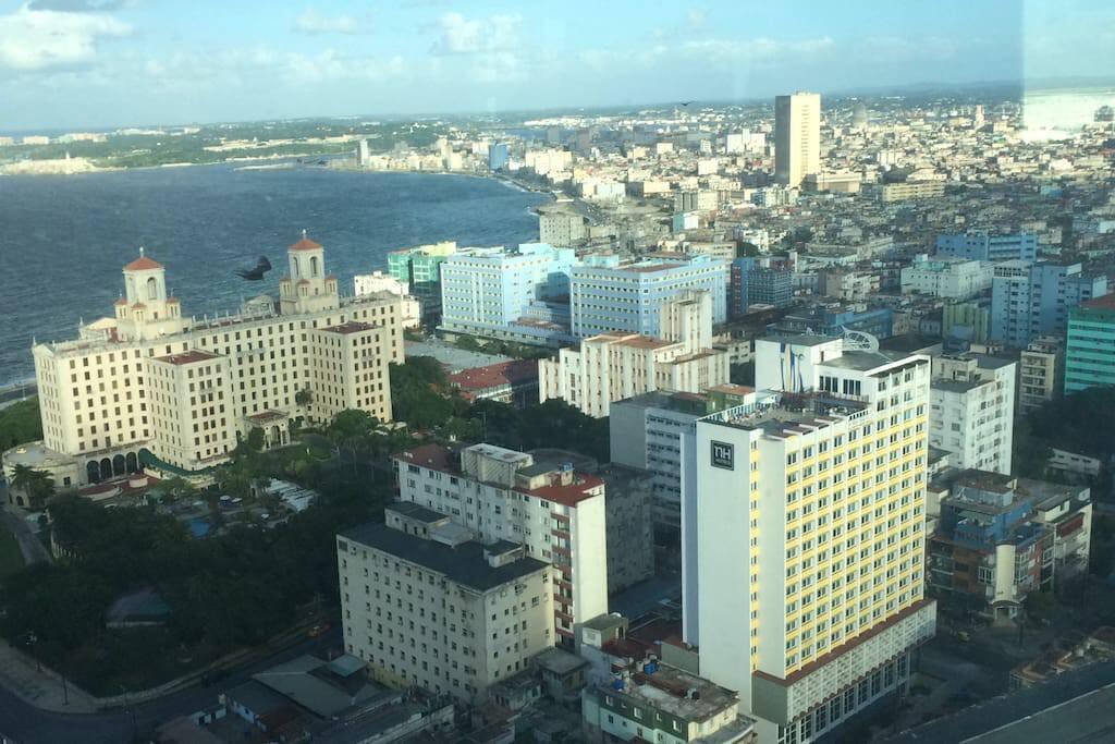 Bella vista de la ciudad y del malecon habanero, tomada desde La Torre, en el corazón del Vedado