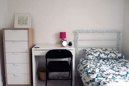 Cosy Single Room In House With Off Road Parking