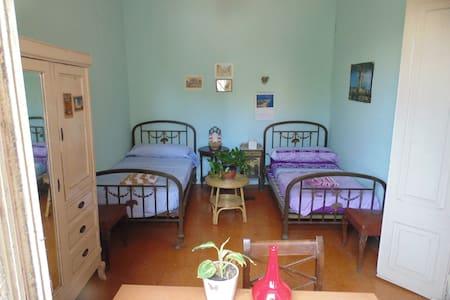 Casa con  jardín .Bien comunicada con Barna, 15min - Sant Feliu de Llobregat