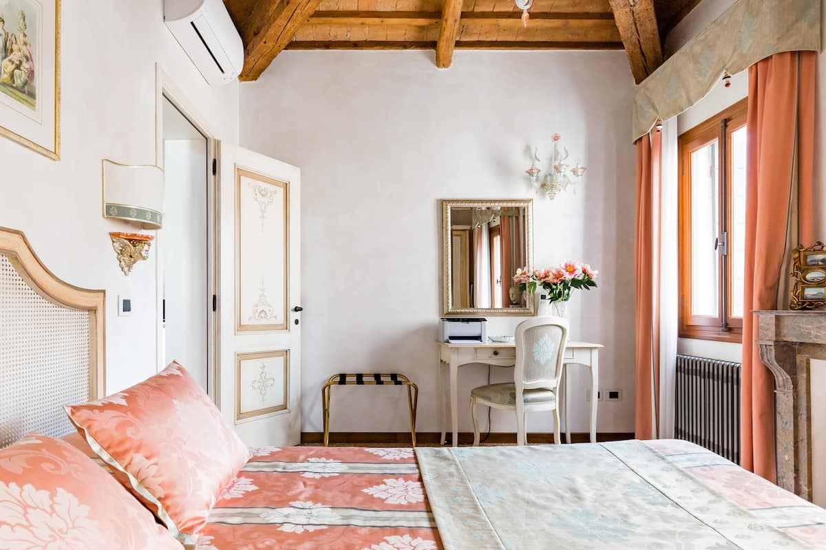 Ca' Manzoni Apartment with Rooftop Terrace in San Marco
