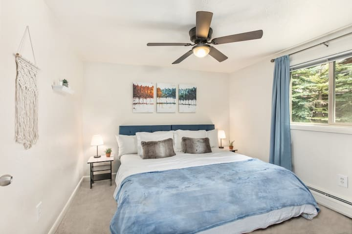 Second bedroom with king bed - Can be split up into two single twin beds.