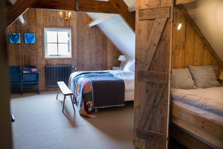 Familiekamer met comfortabel 2persoons-boxspring en een bedstee