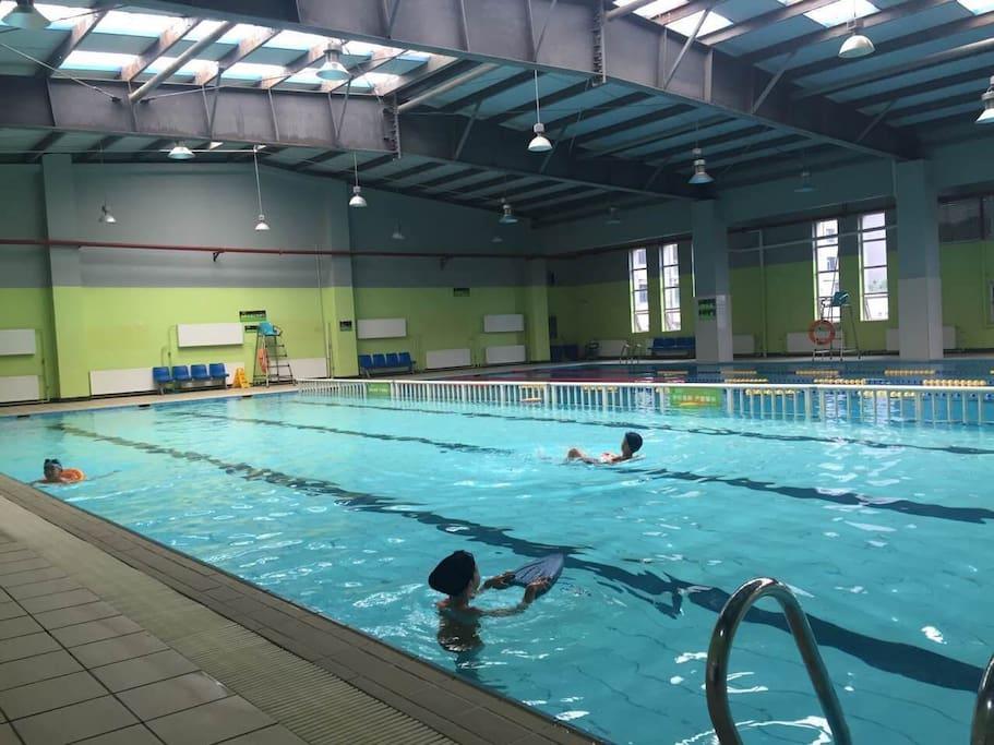 小区内配备游泳池,可单次购票,价格合理,在您休闲的时间可游泳健身,十分方便。