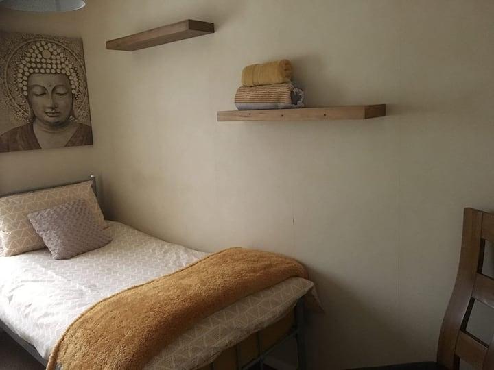 Comfortable single room, great location