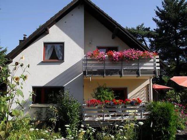 Westerwald, 60 qm große, ruhig gelegene Ferienwohnung,Wald nah, 2 Schlafzimmer bis 4 Personen