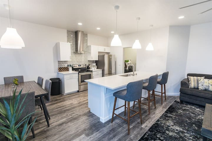 Modern & Luxurious Private 3 bedroom home