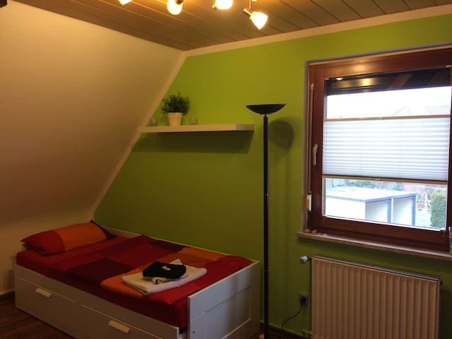 Single room with private bathroom and breakfast - Giesen - Huis