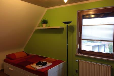 Schönes Zimmer mit eigenem Bad und Frühstück - Giesen - Maison