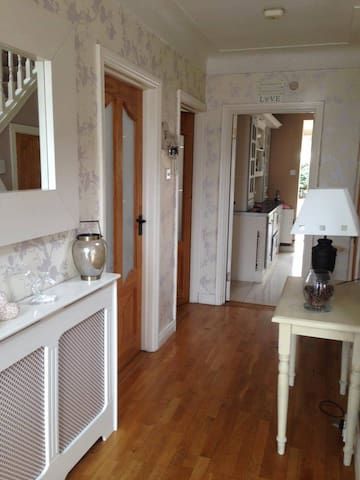 Triple room family special - Sutton - House