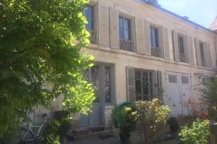 A 50 metres du chateau de Versailles
