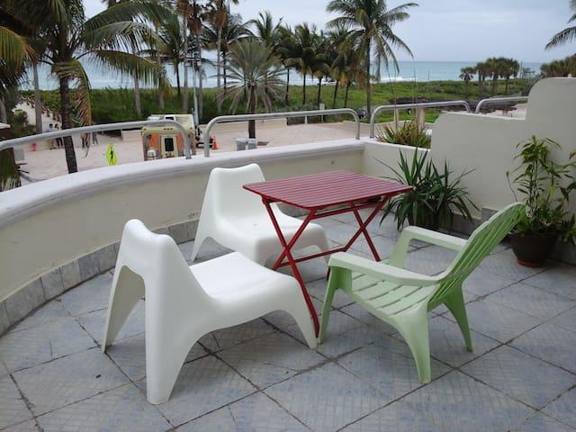 Oceanfront Balcony in Art-Deco Building - Miami Beach - Byt