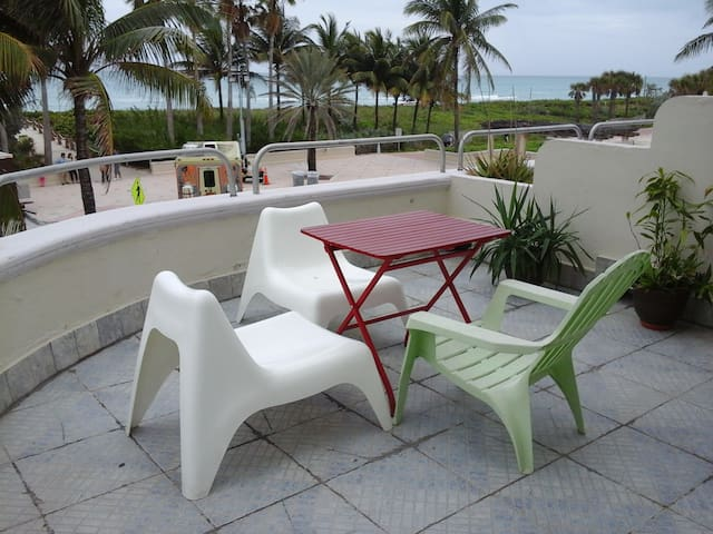 Oceanfront Balcony in Art-Deco Building - Miami Beach - Lakás