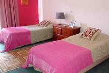Quarto com duas camas , banho completo e individual