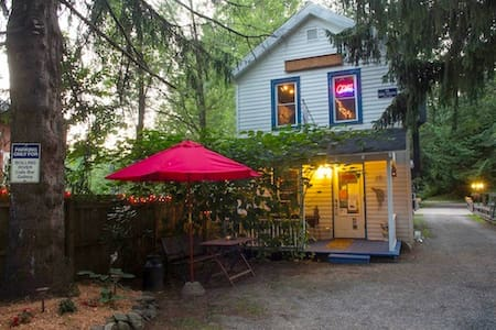 Rolling River Guest House ~ Cozy & Fun