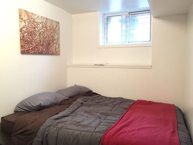 Affordable Uptown room with perfect location - Pittsburgh - House