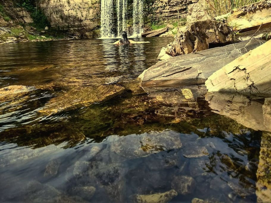 Cachoeira e piscina natural formada quando o lago está com o nível baixo