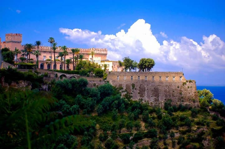 OLD CASTLE FLAT NEAR NAPLES,sleeps 5