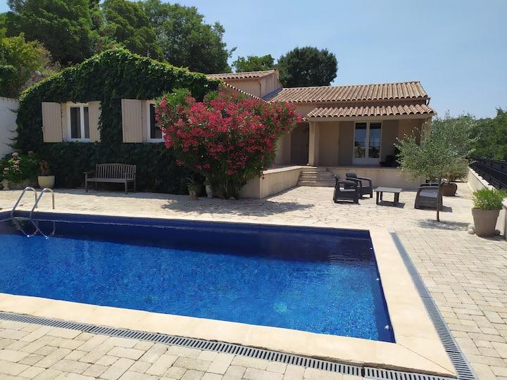 Jolie chambre dans villa avec piscine