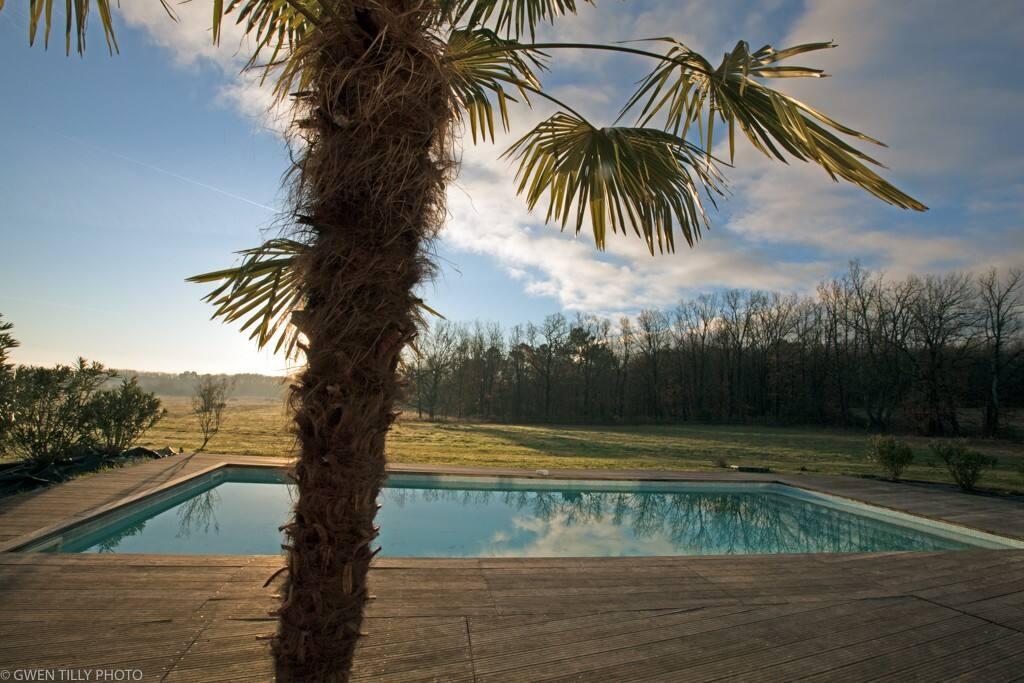 Accès direct à la piscine sur une grande terrasse exposée Sud  La piscine est en accès direct , sans barrière de protection. Alarme disponible.