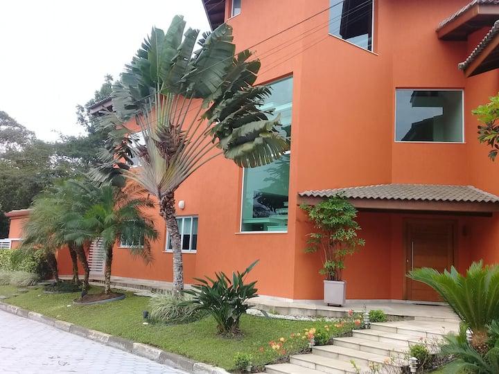 Casa de Alto Padrão com 6 quartos.