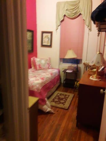 Bedroom of the McKees 2nd Floor - Brooklyn - Haus